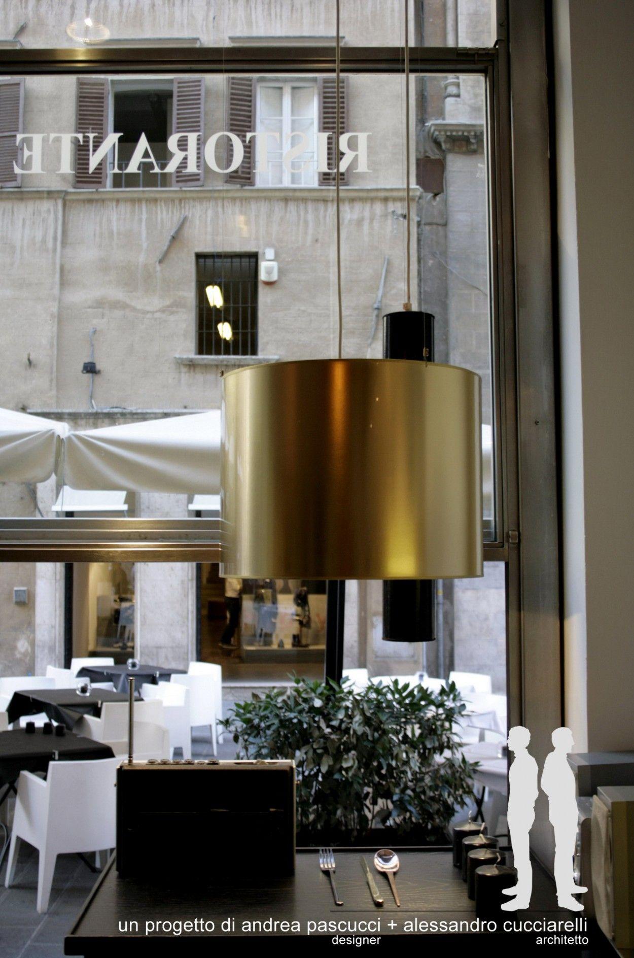 Lampada sospensione in lamina color ottone. Ristorante a