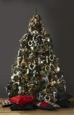 Landelijk versierde kerstboom van Riviera Maison. Voor de liefhebbers van een kerstboom met landelijke versiering is deze boom een echte must. De versiering is van Riviera Maison. Grote kerstballen, geruite strikken en grote bellen van rattan geven deze kerstboom bovendien een stoere uitstraling. Riviera Maison #kerstboomversieringen2019 Landelijk versierde kerstboom van Riviera Maison. Voor de liefhebbers van een kerstboom met landelijke versiering is deze boom een echte must. De versiering is #kerstboomversieringen2019