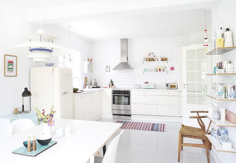 Un intérieur danois frais aux couleurs d\'été. Cuisine blanche ...