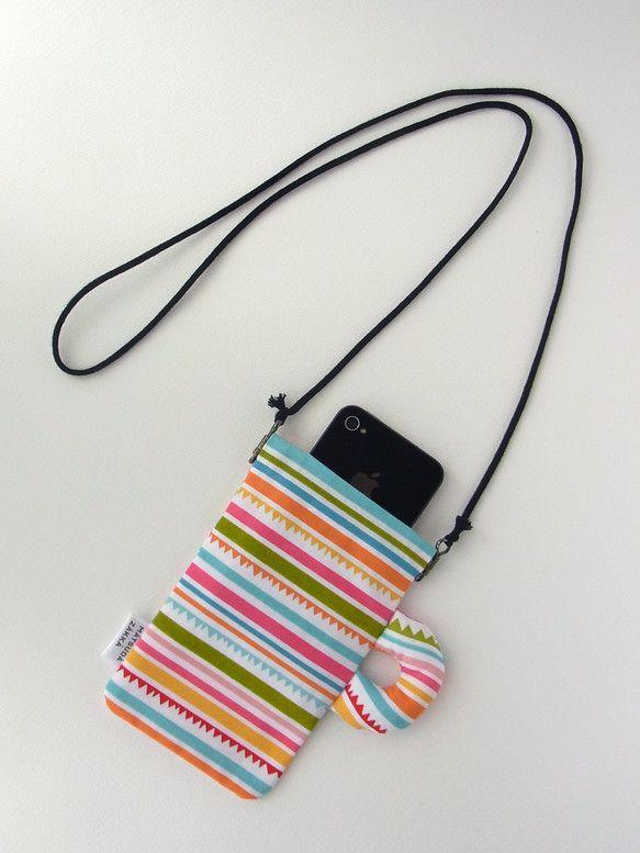 マグカップの形をしたひも付きポーチです。アウトドアやライブイベントの時などに、携帯や貴重品を入れて首から下げて持ち歩くことができます。ポケットのない服の時にも...|ハンドメイド、手作り、手仕事品の通販・販売・購入ならCreema。