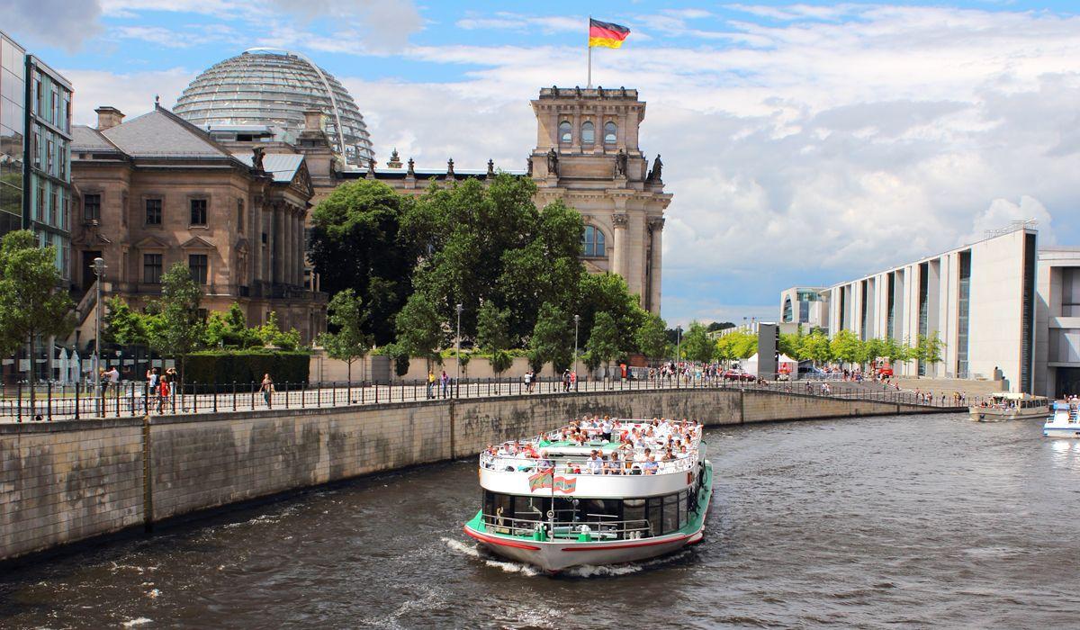 Sightseeing Bootstour Durch Das Regierungsviertel Mit Der Reederei Bruno Winkler Mitte Spree Tour Berlin Sightseeing Schiff Reederei Schifffahrt