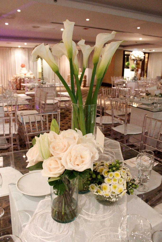 Centro De Mesa Elegante Composicion De Arreglos Flores Secundarias Blancas Rosas Y Lirios Centros De Mesa Elegantes Mesas De Boda Centros De Mesa Para Boda