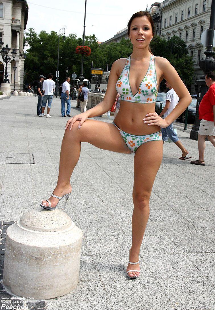 Public body art  Девушка гуляет голая по городу в нарисованном купальнике · Body Painting ArtSexy  ...