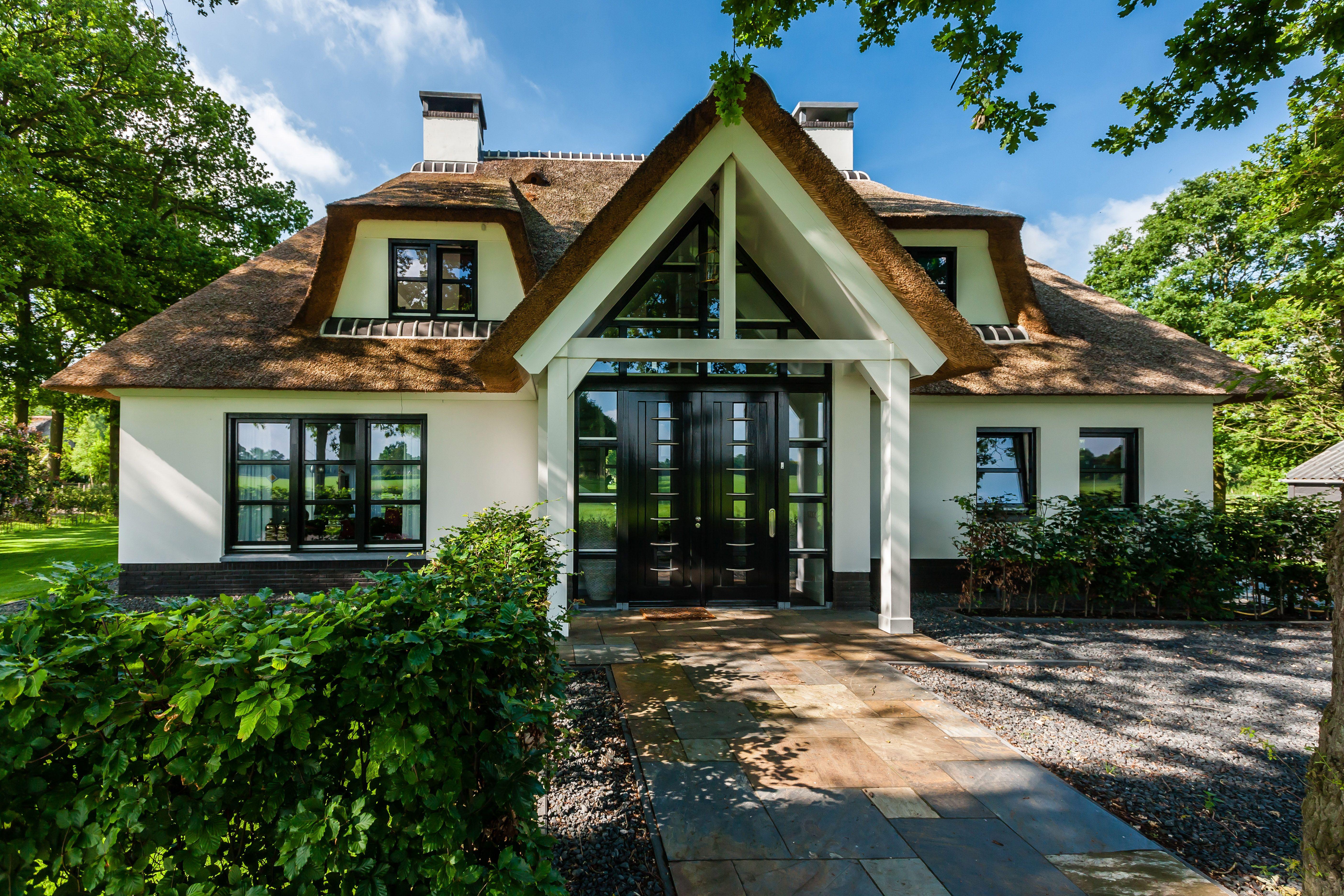 Wit gekeimde villa met rieten dak rietgedekte villa te for Huizen ideeen