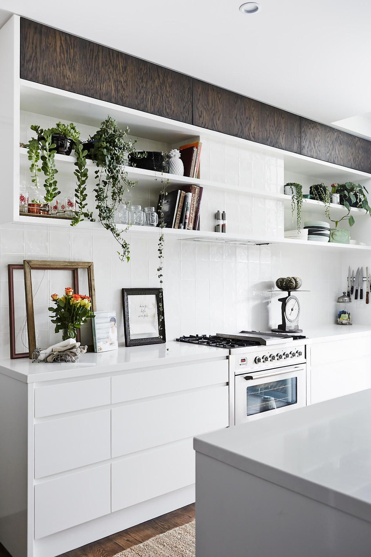 White kitchen with open shelves İstiyorum pinterest open
