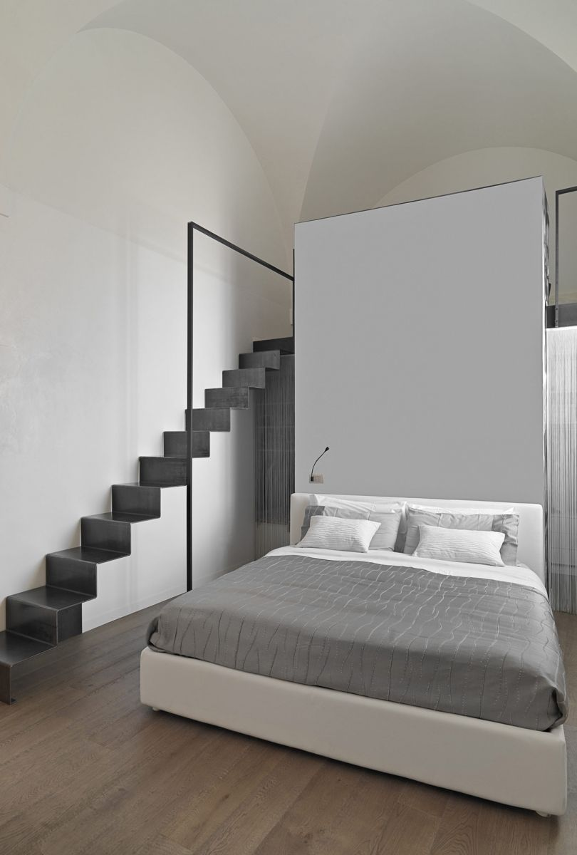 Moderne slaapkamer met speciaal plafond en parket ...