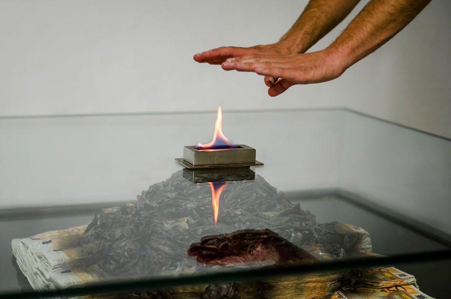 Glastisch Wohnzimmer ~ Understatement für s wohnzimmer ein brennender geldhaufen im