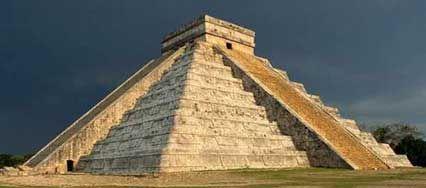 Aquí es una pirámide. Esta es en Mexico. Muchas personas mirarlo porque lo es antiguo. Esta es desde los Aztecas.
