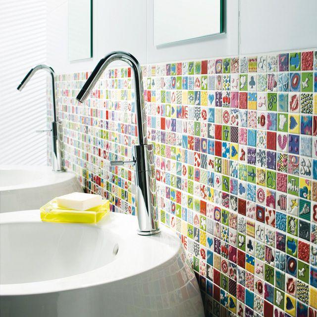 Un Carrelage Qui Ne Manque Pas De Pep S Romantic Bathrooms Stylish Bathroom Floral Shower Curtains