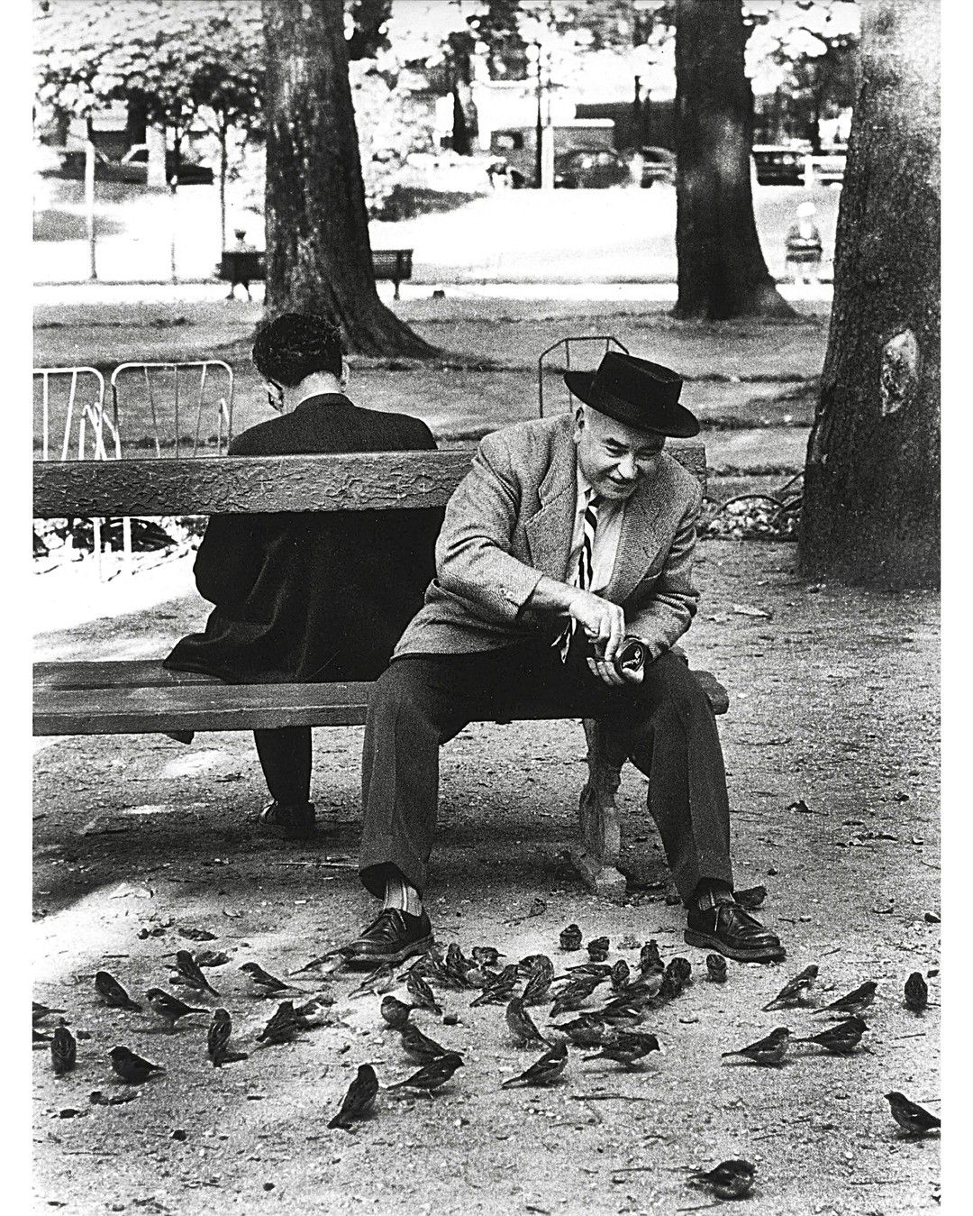 Un jour en #France - Années 50 - Un homme assis sur un ...
