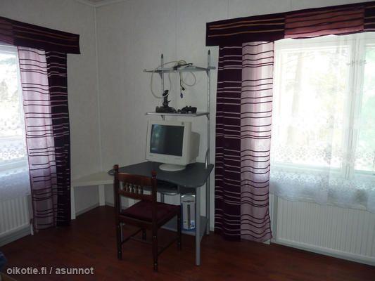 Mielenkiintoinen tietokonepöytä mielenkiintoisessa talossa. Hinta ei päätä huimaa mutta toinen mokoma saattaa mennä korjaamiseen.