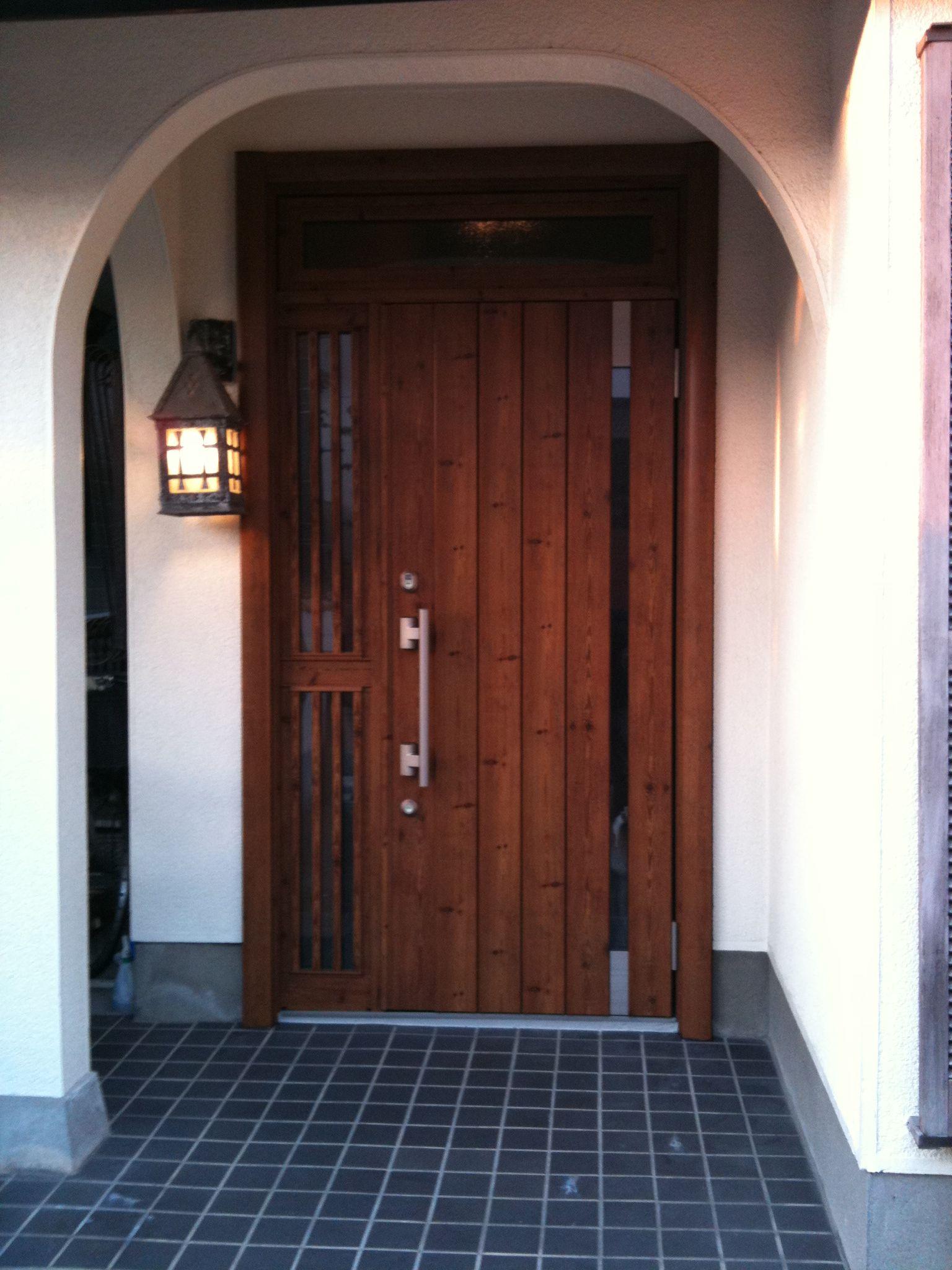レトロなランプと現代の玄関ドア リノベーション 玄関 玄関ドア