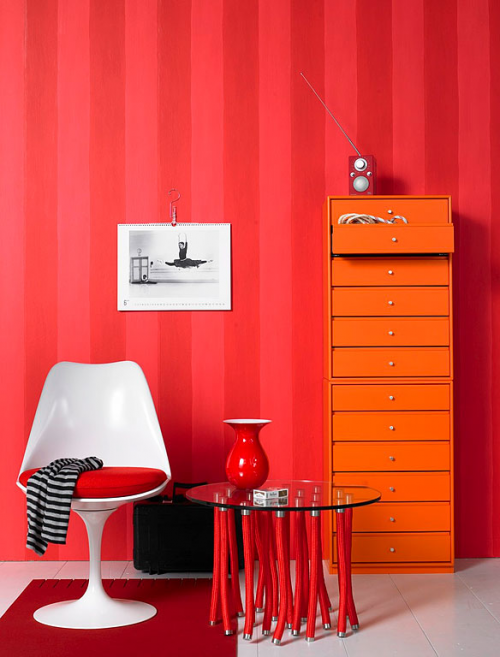 Red stripes and orange small rooms red home decor - What colors make a room look bigger and brighter ...