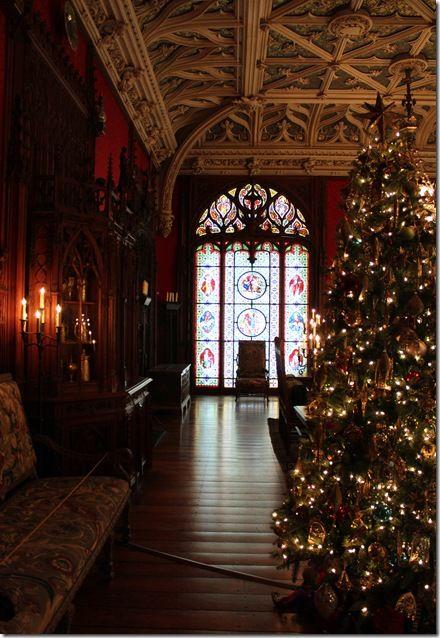 Elegant Christmas decorating. A classic tree with classic clear lights. #ClassicChristmas #ElegantChristmas