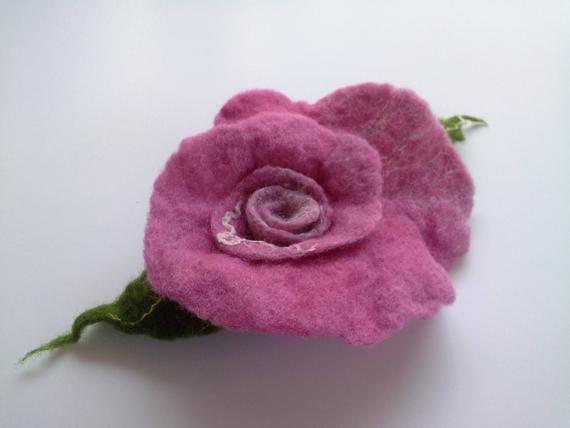 Feltro rosa rosa spilla, Pin gioielli di lana infeltrita, clip di capelli di feltro, fiore rosa, Pin regalo, fiore unico, fatto a mano, fiore cappello