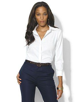 5c7182479977 Camisa blanca clásica de manga de 3/4 y entallada es un básico para ...