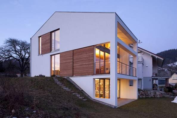Auf der westseite sch tzen fassadenb ndige schiebel den aus ge ltem douglasienholz vor - Moderne architektur hanghaus ...