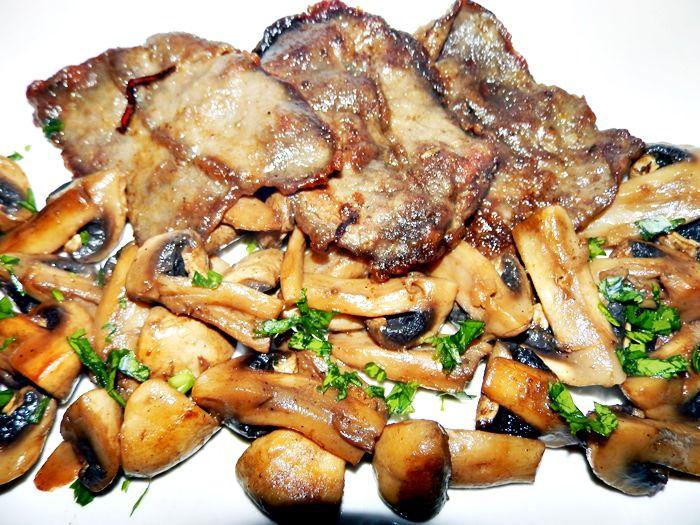 Carne frageda de vitel cu ciuperci si unt, un amestec aromat si savuros, demn de o masa speciala.