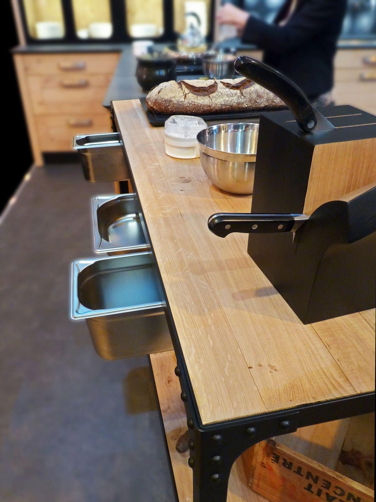 Atelier Culinaire Cuisine Chene Massif Clair Desserte Plan De Travail Mobile Structure Acier Laque Noir Rivets Bacs Gastronormes Agencement Cuisine Cuisine Chene Et Agencement Interieur