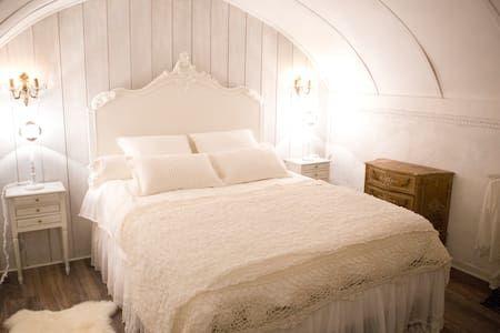 regardez ce logement incroyable sur airbnb centre historique charme rom shabby chic. Black Bedroom Furniture Sets. Home Design Ideas