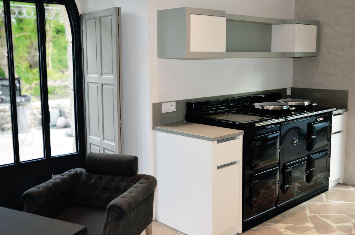 une cuisine moderne au c ur d 39 une chaumi re minimaliste design contemporain fa ade prise de. Black Bedroom Furniture Sets. Home Design Ideas