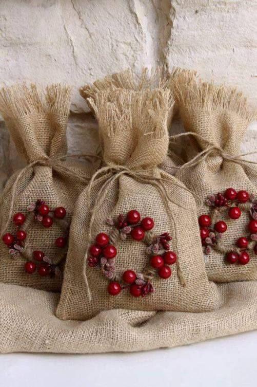 446a9bf54 Bolsas navideñas de yute | Christmas Decore & Ideas | Burlap gift bags,  Christmas wrapping y Shabby chic christmas