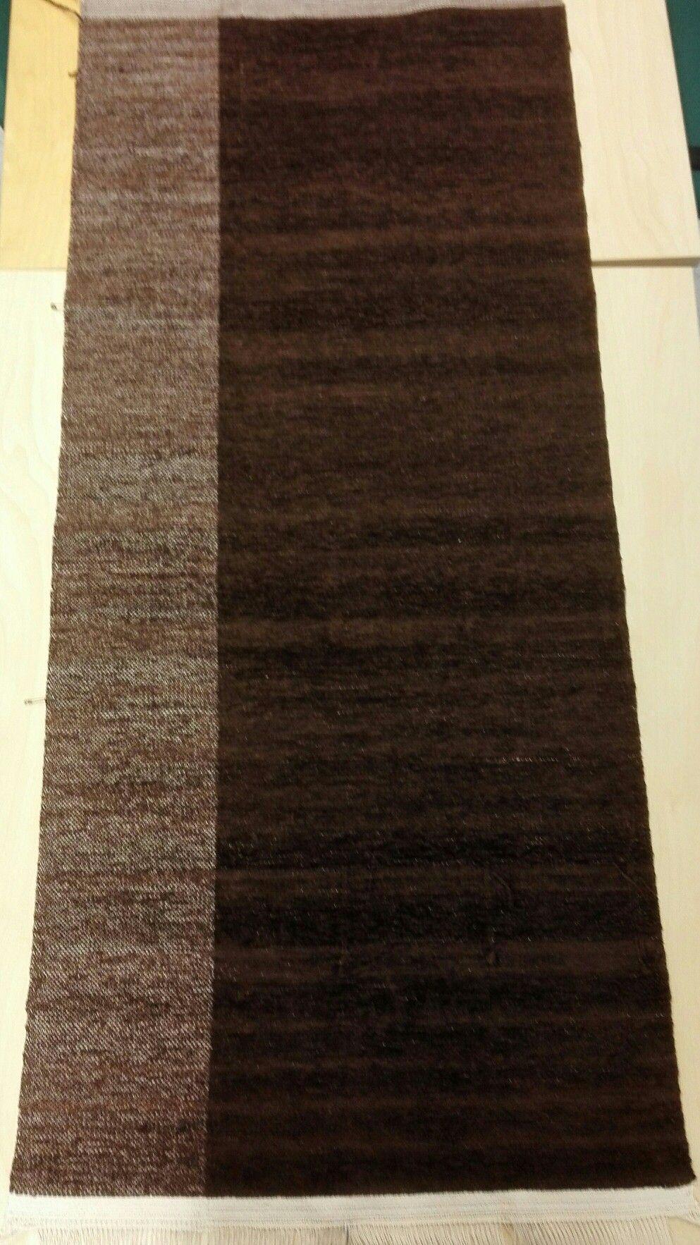 Kahvinruskea Kangaspuilla kudottu tyynykangas nimeltä puolikas, sametti- ja sileäangoilla. Koko n.66x139cm