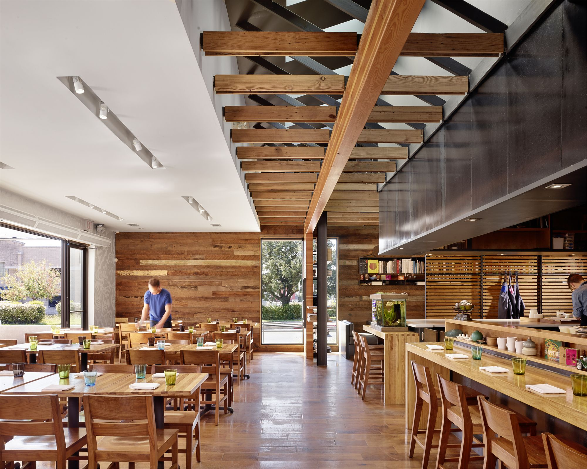 Qui Restaurant / A Parallel Architecture