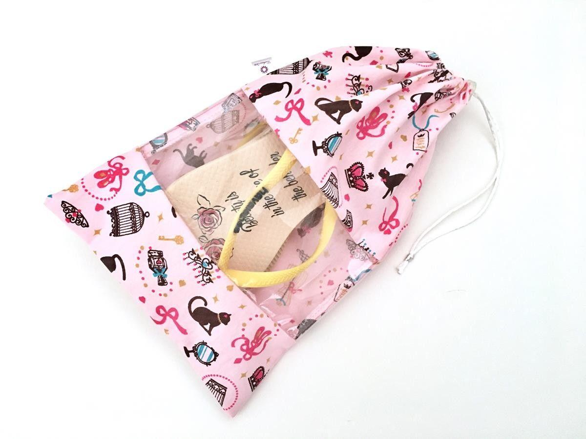 4ec90507ce963 Saquinho porta sapatilha infantil, feito de tecido de algodão e visor de  plástico cristal,