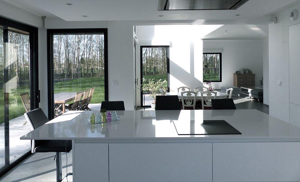 Cuisine blanche ouverte sur le s jour my house pinterest furniture design sweet home et house - Interieur maison cubique ...