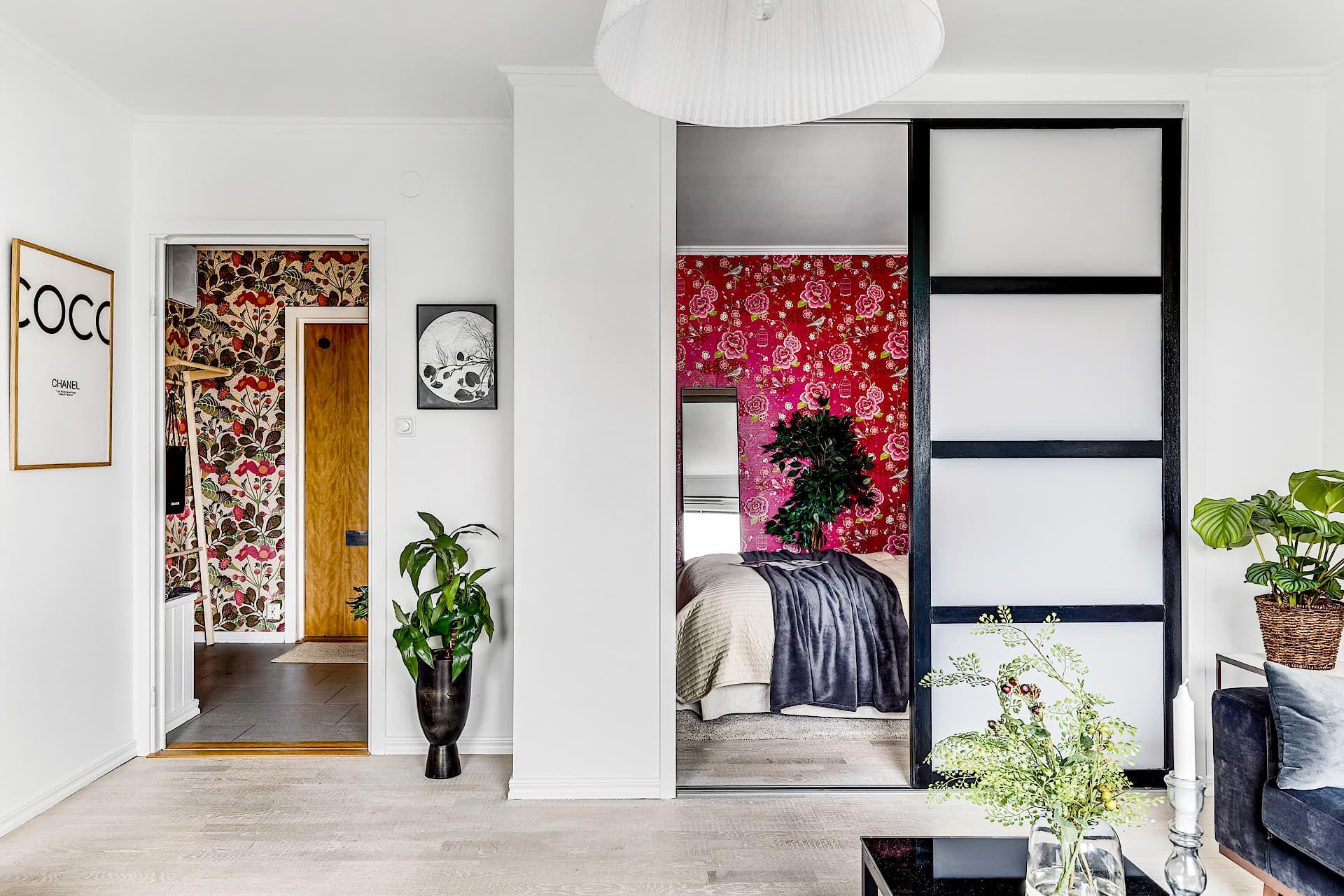 Une Chambre Rouge Passion Et Du Papier Peint Pour Un Appartement
