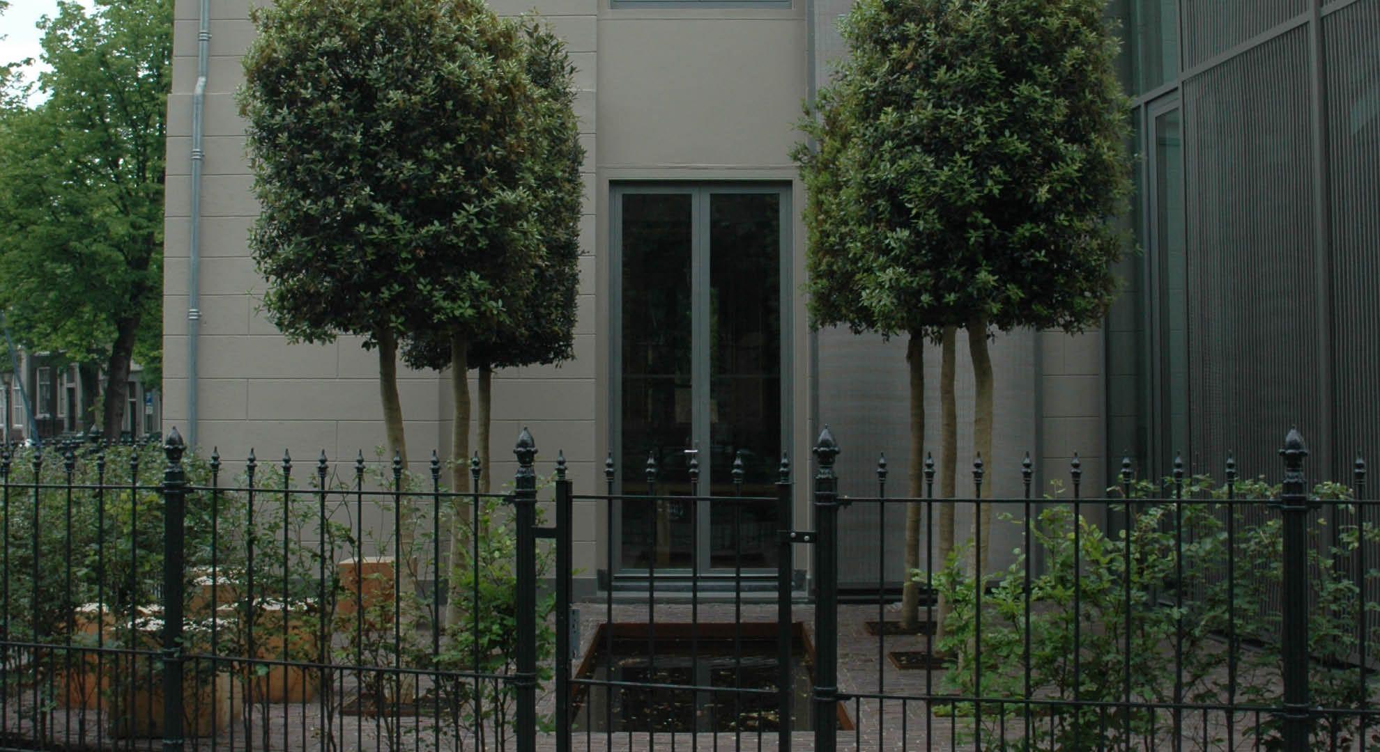 Rodenburg tuinen kantoortuin in dordrecht spiegelvijver met cortenstalen rand quercus ilex of - Geplaveid voor allee tuin ...