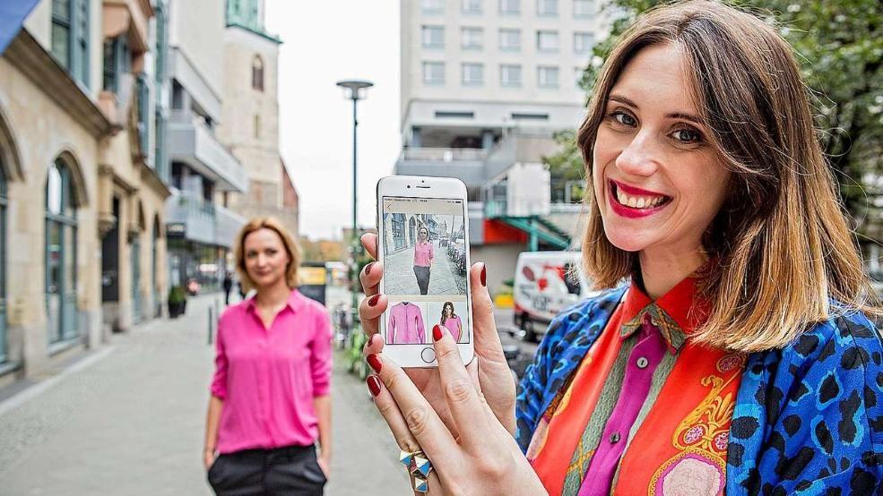 Inspo App  -  Jessica Hannan (29) schießt ein Foto von Yvonne Tesch (34) – nach der Aufnahme des Fotos wird eine Kategorie von Kleid bis Schuh ausgewählt