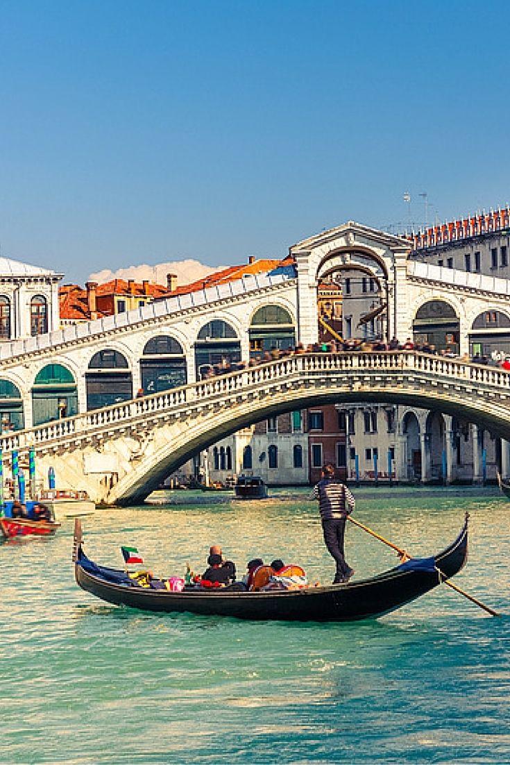 Citytrip naar de romantische stad Venetië. Hier móet je een keer geweest zijn met je liefde. En natuurlijk mag je een rondvaart in een gondel niet overslaan. Er is geen betere manier om de grachten te verkennen dan in zo'n gondel. #Venetië #Citytrip  https://ticketspy.nl/?p=127196