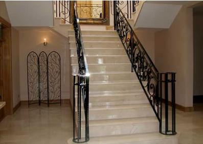 Marmor Treppen gelten immer mehr als Blickfang in jedem stilvoll eingerichteten Haus. Da die Farbpalette des Marmors groß ist, sollte man sich gut überlegen welchen Marmor man einsetzt. Lassen sie sich ausführlich von einem Fachmann beraten und diverse Marmor Platten vorführen. Modernste Maschinen sind in der Lage, nahezu jeden Marmor zu bearbeiten. Ob getrommelter Marmor oder Antik Marmor – das Ergebnis ist immer feinste Optik im Treppenbau.
