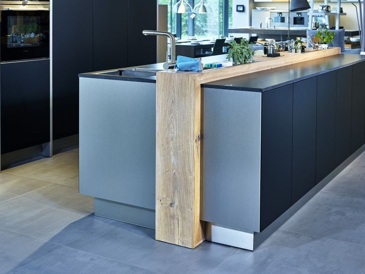 DesignKüche in elegantem blau mit Kochinsel Moderne