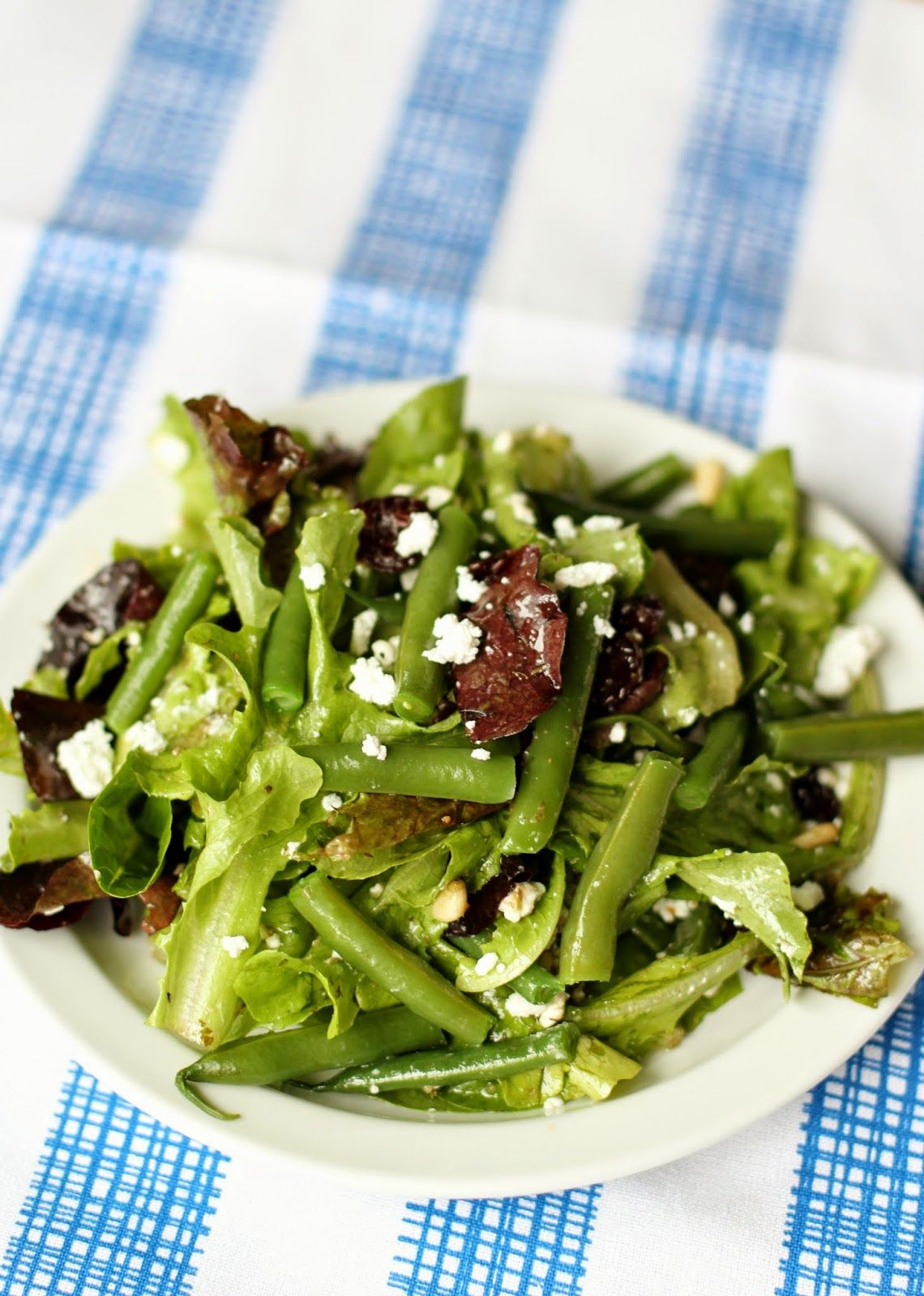 Küchendesign-logo salad with goat cheese dried cherries pine nuts and green beans