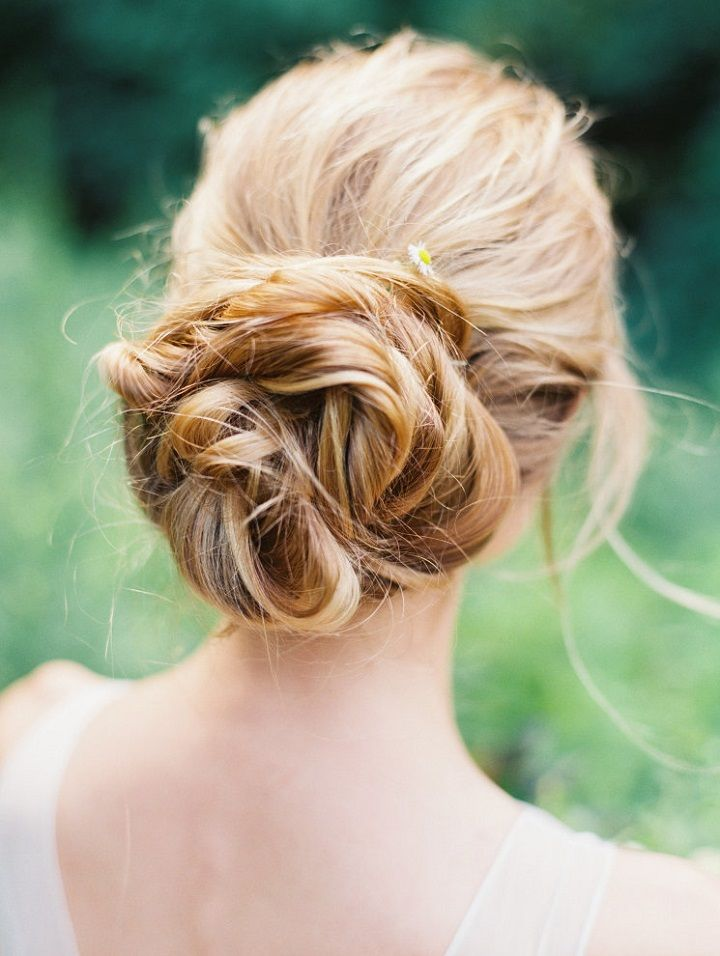Pretty Bridal Messy voluminous bun | Pretty Wedding Hairstyles #bridalhairstyle #weddinghair #updos #brideupdo #hairstyle #bridalbun