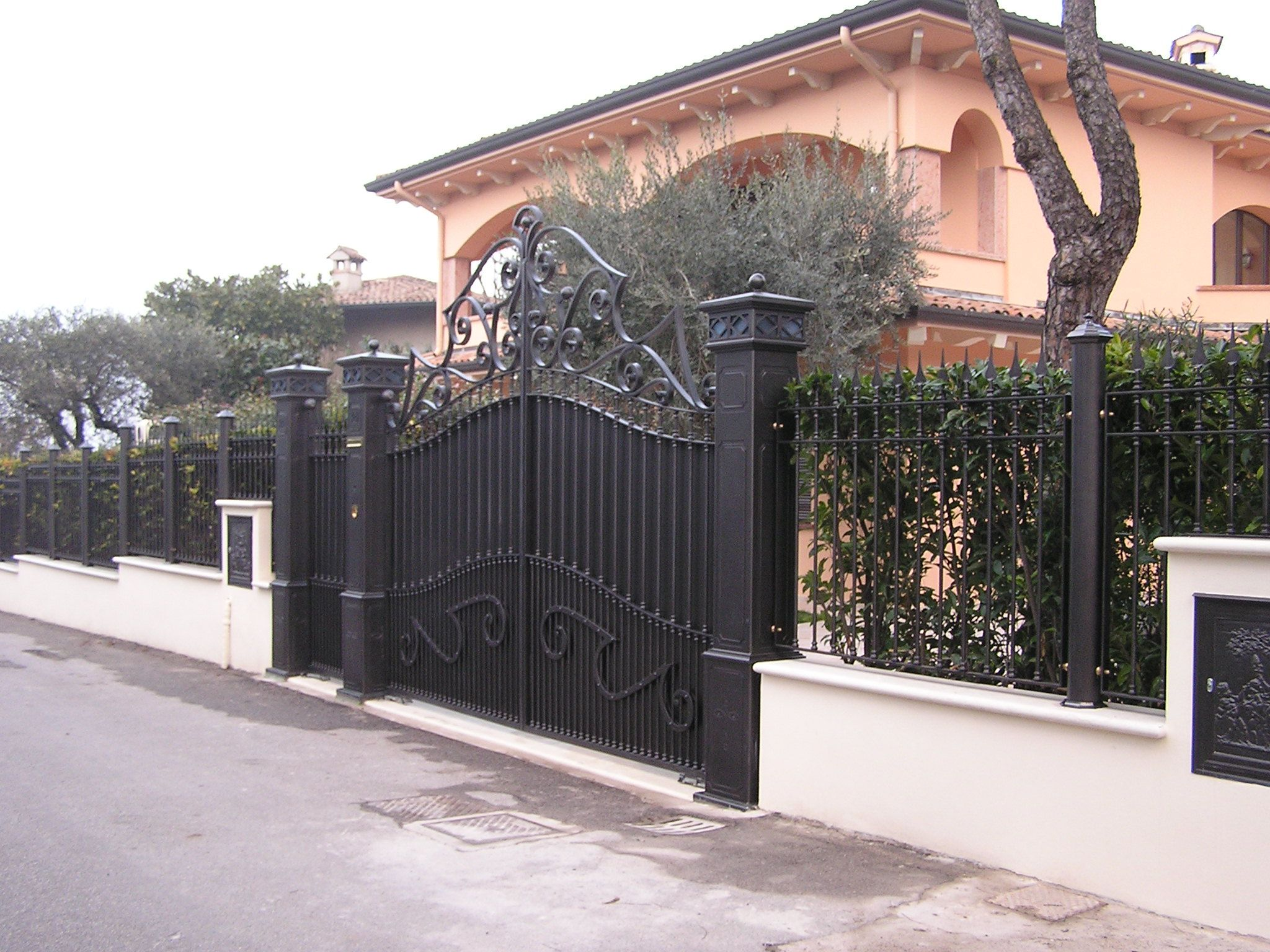 Moderno cancello in ferro oscurato con recinzione in ferro for Cancelli da giardino