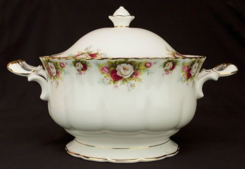 .Rose motif soup tureen