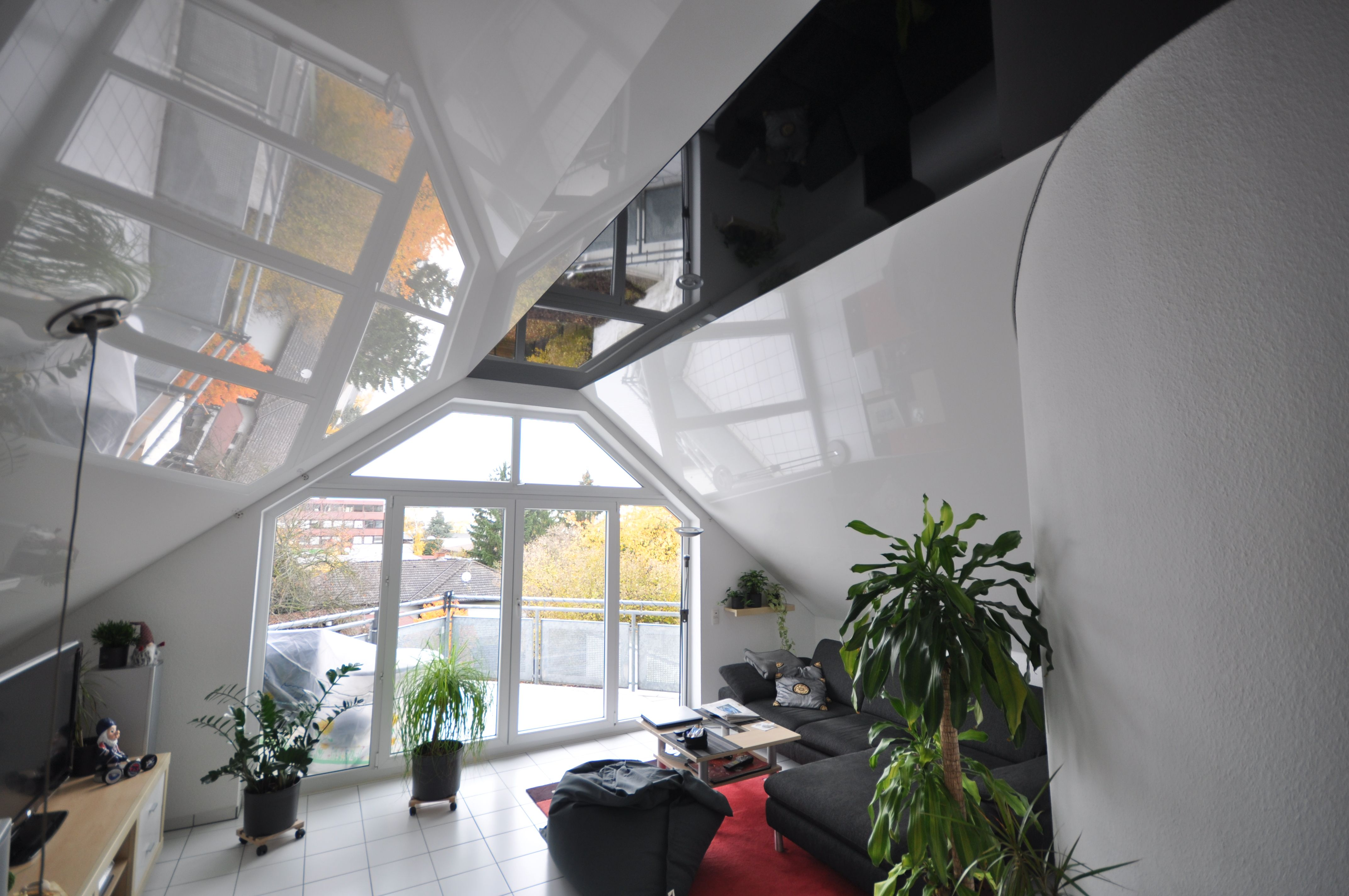 Wohnzimmer Renovieren ~ Spanndecke schwarz und weiß hochglanz in der dachschräge#wohnzimmer