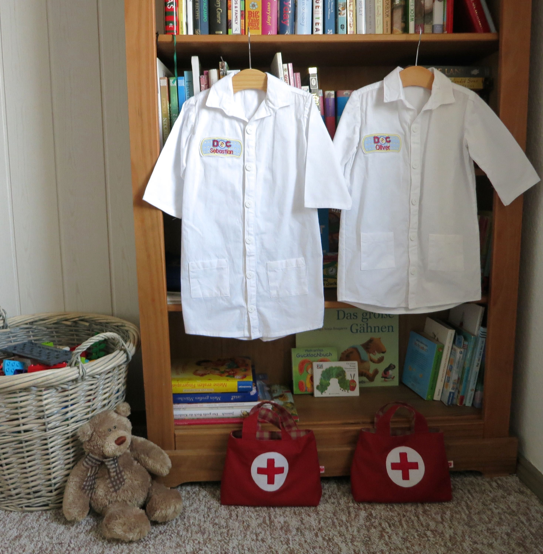 I finished sewing the toddler sized doctor lab coats for my boys, adapting an Oliver + S shirt pattern. Arztkittel für Kinder, von einem Hemd Schnittmuster genäht.
