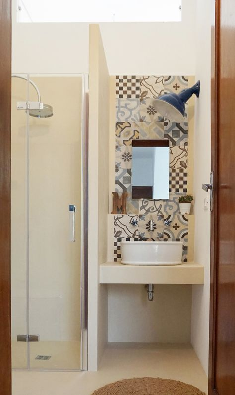 Progetto di un mini bagno tra resina e cementine a casa for Mobili piccoli bagno