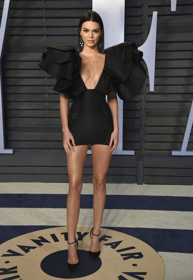 Kendall Jenner ultra sexy dans une robe très décolletée et très courte  signée Redemption