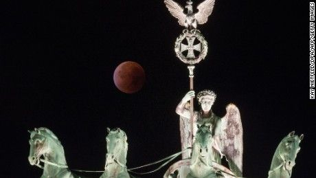 Supermoon Bloodmoon September 2015 at The Brandenburg gate in Berlin!