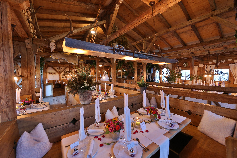 Hochzeit im tatzlwurm auf der alm hochzeit ja alm tatzlwurm kulinarik - Dekoration winterhochzeit ...