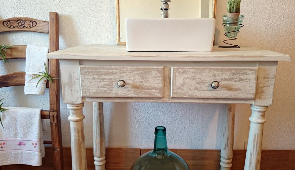 Mueble de ba o decapado en blanco antiguo bohemian and chic el cuarto de ba o ba os - Muebles bano antiguos ...