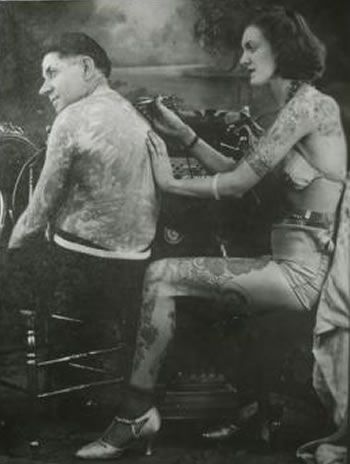 Charlie Wagner getting a little touch up work done on his back by Jean Caroll, 1920's. #VanishingTattoo #VintageTattoos #TattooHistory