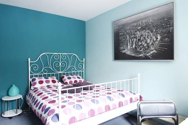 2 farbige w nde in petrol hellblau sch ner kontrast durch. Black Bedroom Furniture Sets. Home Design Ideas