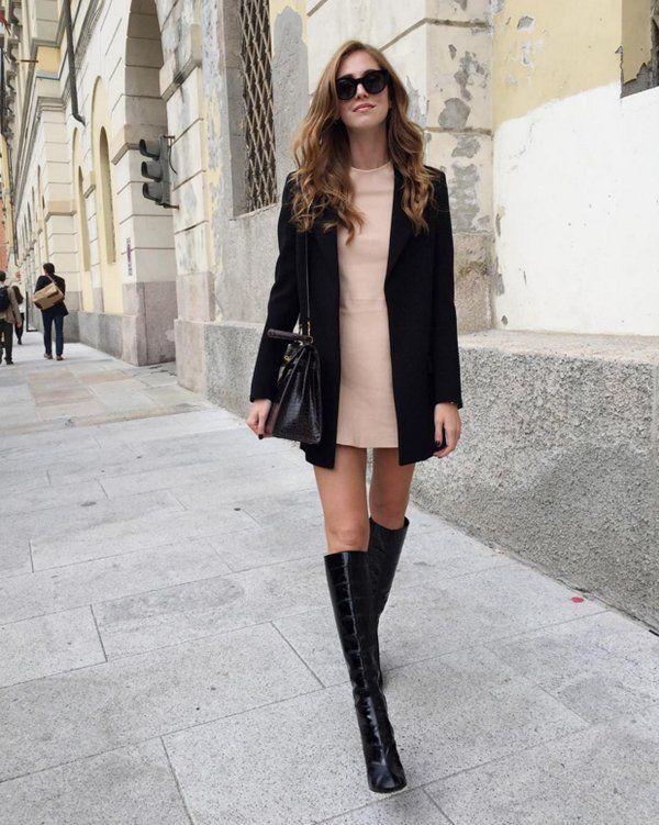 Vestido corto de fiesta con botas altas